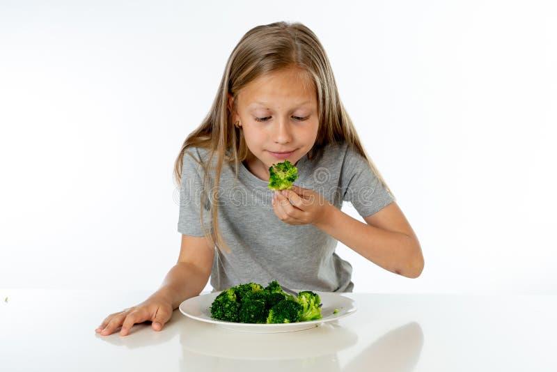 Dzieci no lubią jeść warzywa w zdrowym łasowania pojęciu zdjęcia stock
