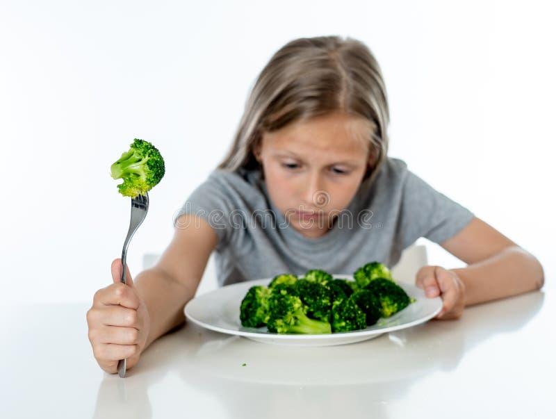 Dzieci no lubią jeść warzywa w zdrowym łasowania pojęciu obraz royalty free