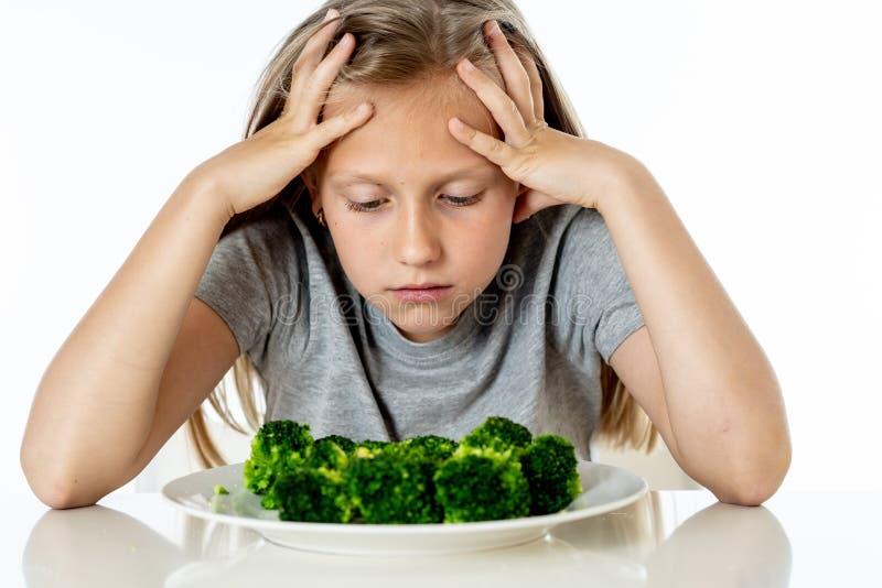 Dzieci no lubią jeść warzywa w zdrowym łasowania pojęciu zdjęcie royalty free