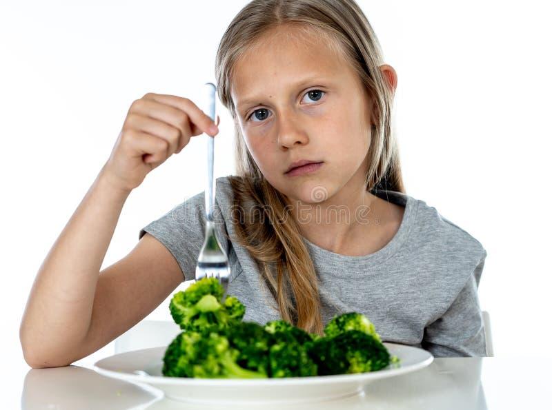 Dzieci no lubią jeść warzywa w zdrowym łasowania pojęciu obrazy royalty free