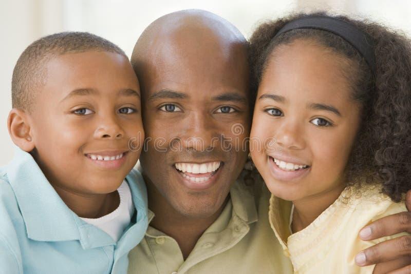 dzieci obejmuje człowiek uśmiecha dwa młode obraz stock