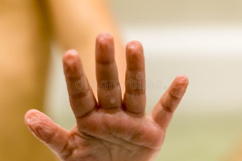 Dzieci obmycia w łazience Moczy rękę, marszcząca skóra od wody zdjęcia stock