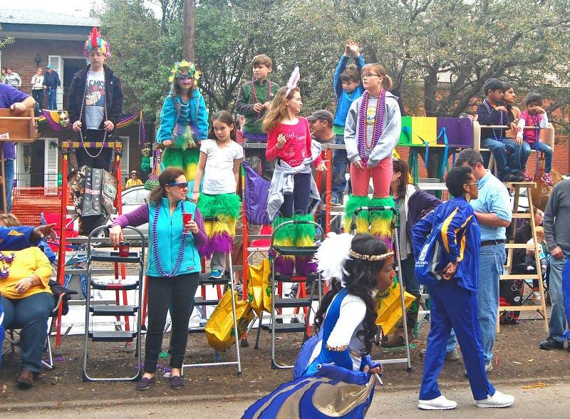 Dzieci Oglądają paradę Od ostatki drabin obraz stock