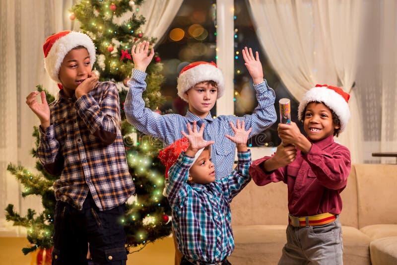 Dzieci okaleczający Bożenarodzeniowy petard obrazy royalty free