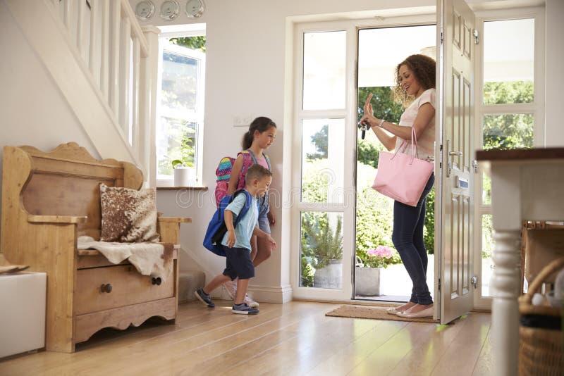 Dzieci Opuszcza Do domu Dla szkoły Z matką obrazy stock