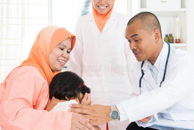 Dzieci płacze przy szpitalem obraz stock