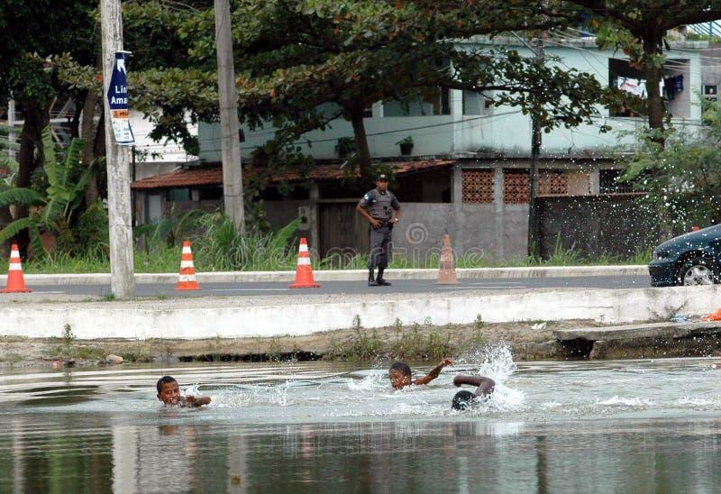 Dzieci pływa i bawić się obrazy stock