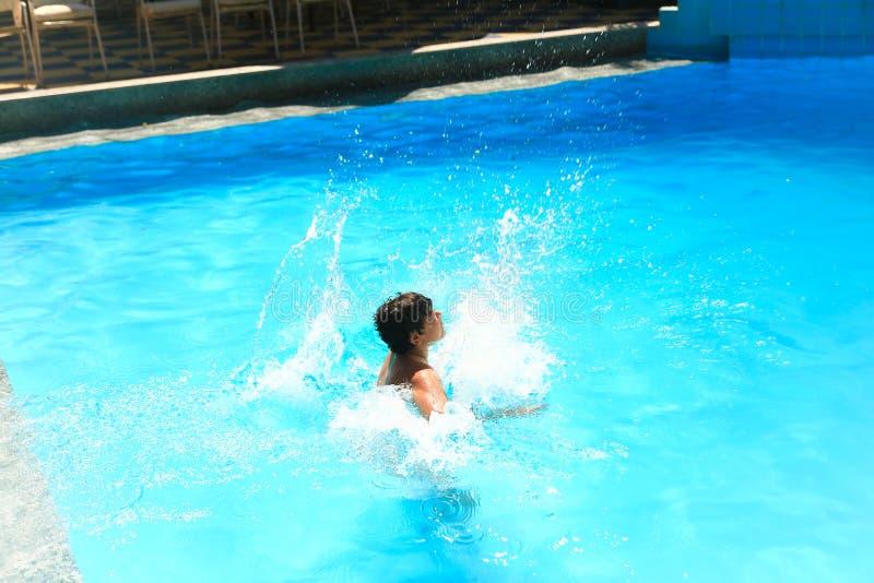Dzieci pływa przy basenem obrazy royalty free