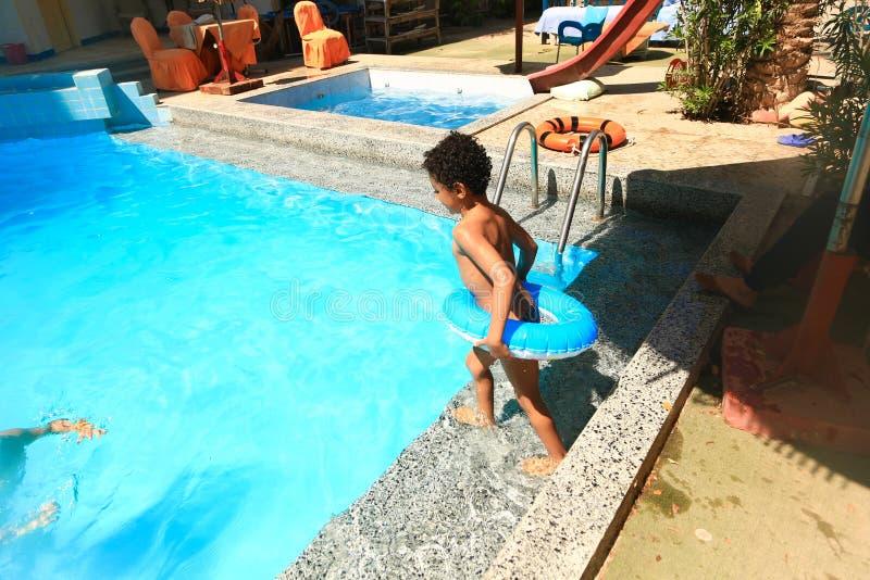 Dzieci pływa przy basenem zdjęcie stock