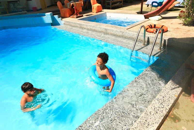 Dzieci pływa przy basenem fotografia stock