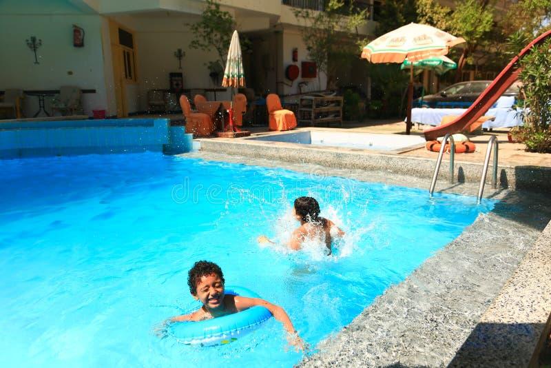 Dzieci pływa przy basenem obraz royalty free