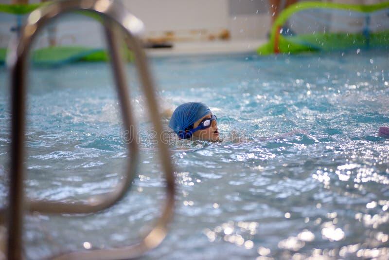 Dzieci pływa rywalizację w basenie, sztafetowa rasa fotografia stock