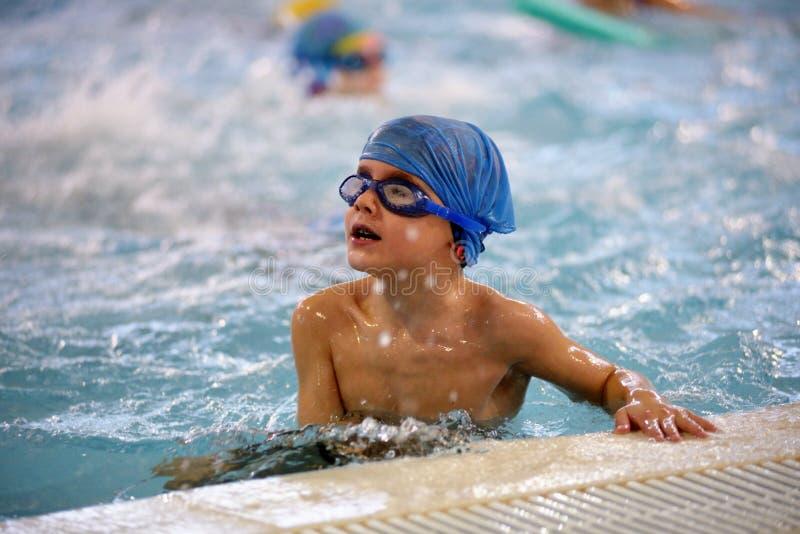 Dzieci pływa rywalizację w basenie, sztafetowa rasa obrazy stock
