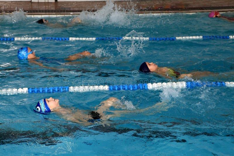 Dzieci pływa trenować w sportach, salowy, jawny dopłynięcie po, zdjęcia royalty free