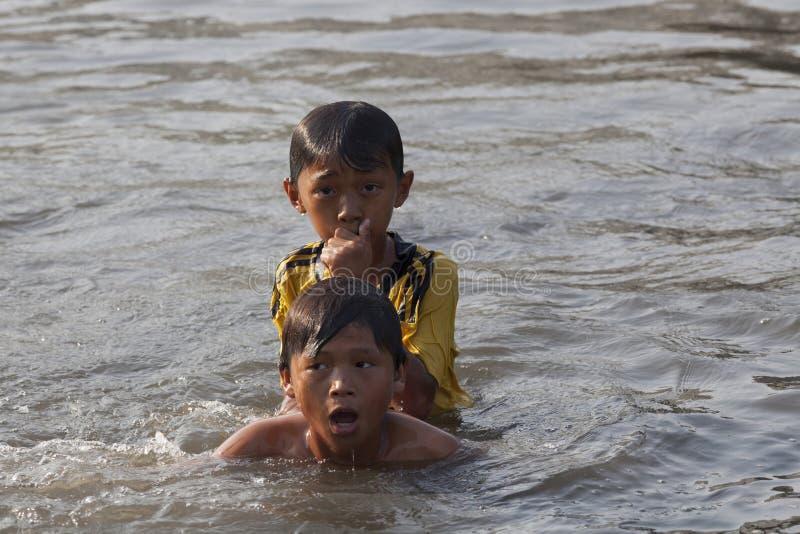 Dzieci pływa w Saigon rzece zdjęcia stock