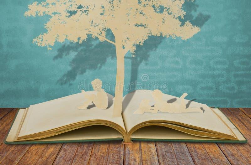 Dzieci papierowy cięcie czyta książkę obrazy royalty free