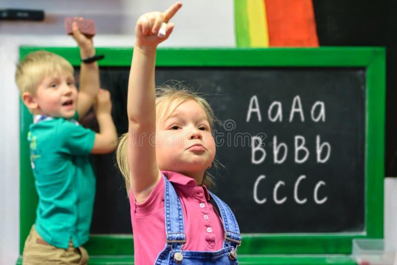 Dzieci pisze na blackboard zdjęcie royalty free