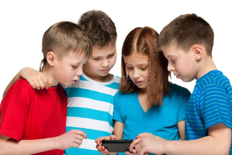 Dzieci plaing z smartphone zdjęcia stock