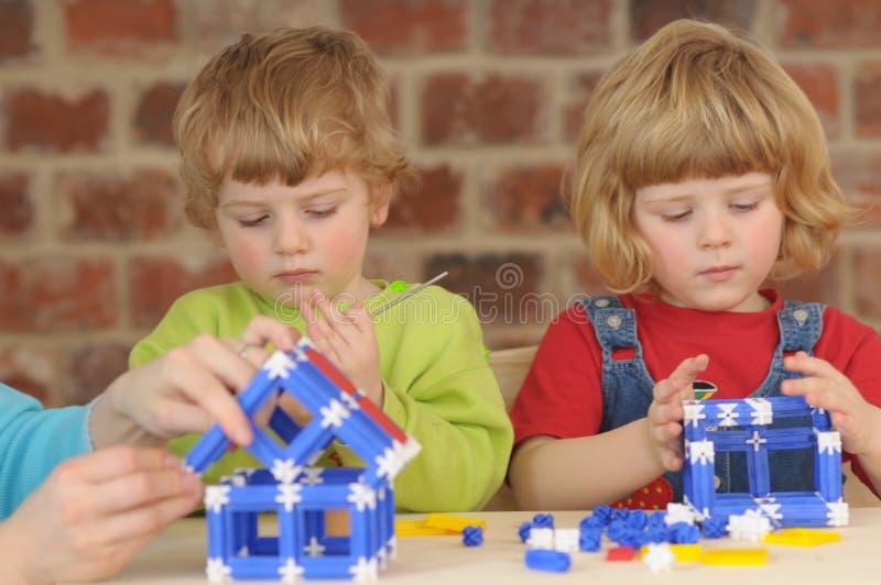 Dzieci podczas plaing z budową zdjęcia royalty free