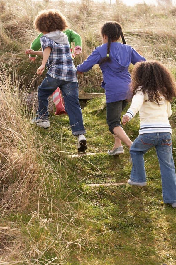 dzieci pola grupowy bawić się wpólnie zdjęcie stock