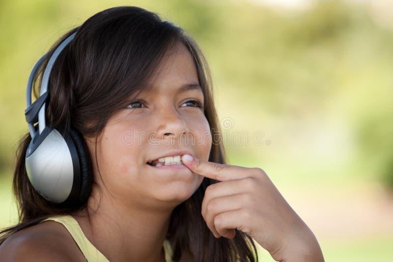 dzieci potomstwa słuchający muzyczni obrazy stock