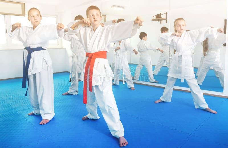 Dzieci próbuje wojennych ruchy w karate klasie obrazy royalty free