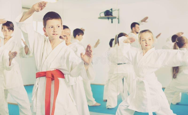 Dzieci próbuje wojennych ruchy w karate klasie zdjęcie stock