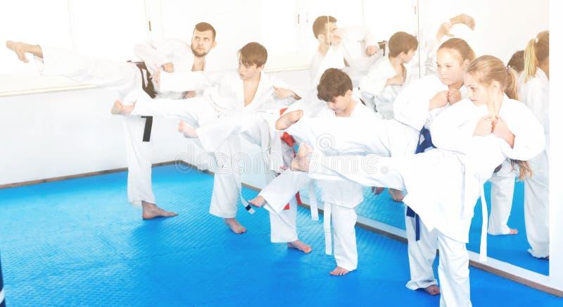 Dzieci próbuje wojennych ruchy w karate klasie fotografia royalty free