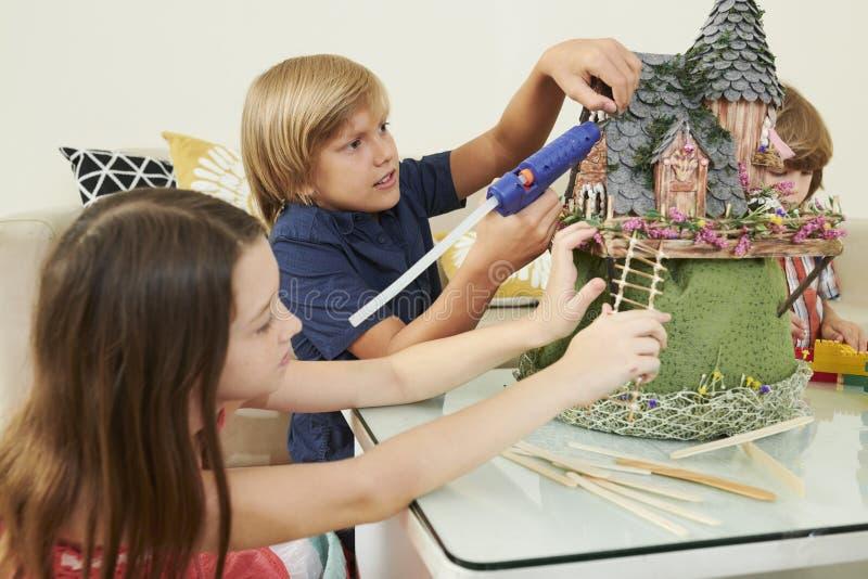 Dzieci pracuje na bajka kasztelu obraz royalty free