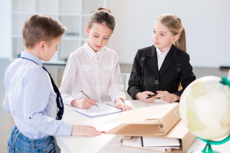 Dzieci pracuje w biurze fotografia stock