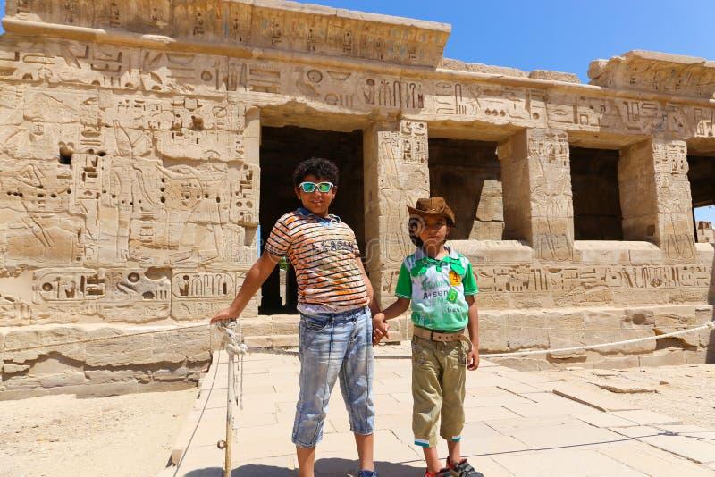 Dzieci przy świątynią - Egipt fotografia stock
