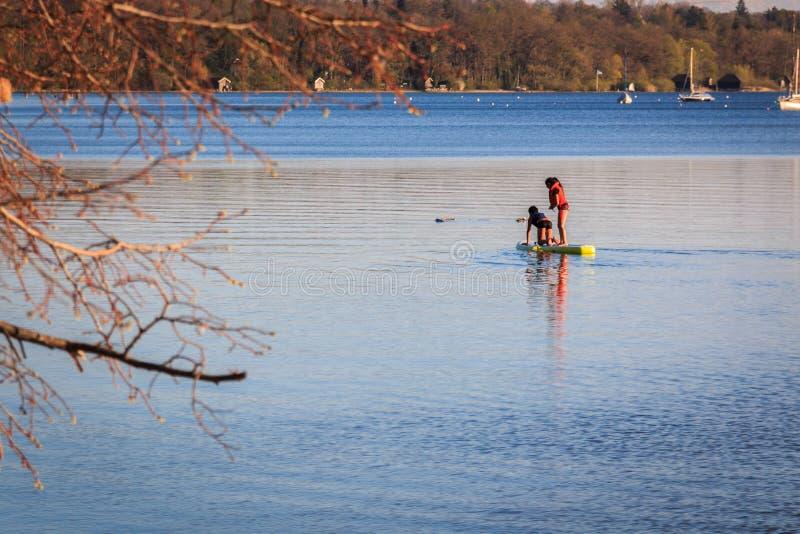 Dzieci przy pozycji paddling są Ammersee w Bavaria Niemcy obrazy stock