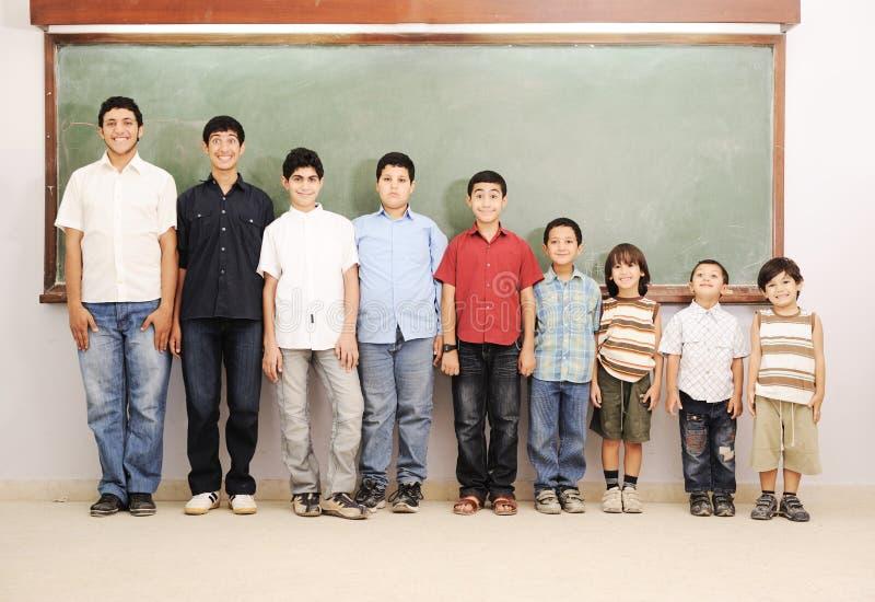 Dzieci przy szkolną sala lekcyjną obrazy royalty free
