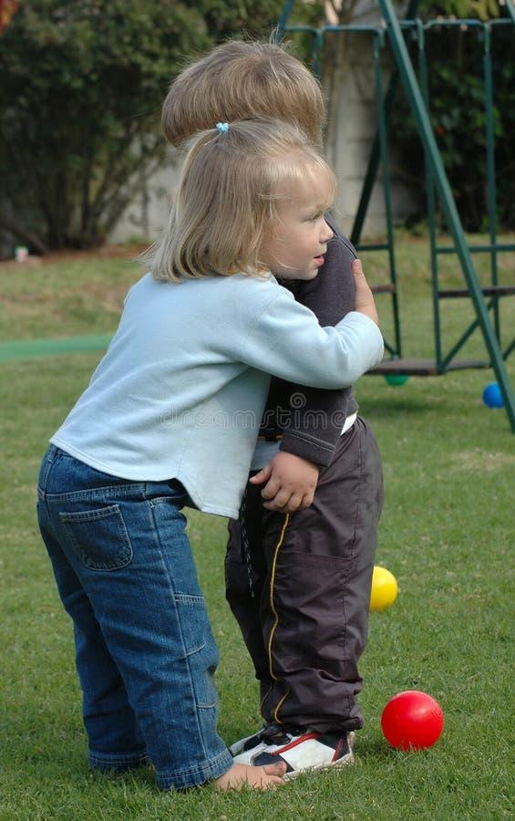 dzieci przytulić zdjęcia stock