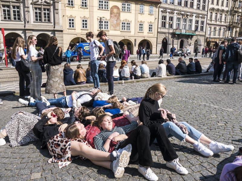 Dzieci relaksujący i wiszący za mieście Praga w fotografia royalty free
