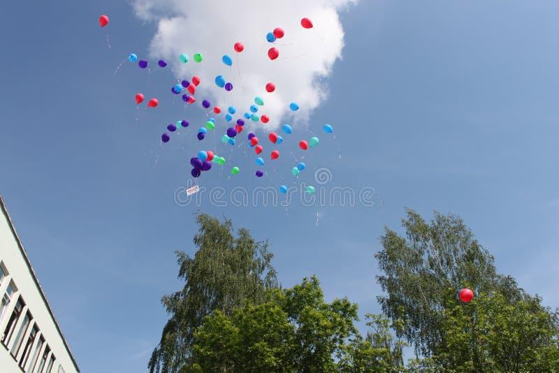 Dzieci rośli up - balony latali daleko od obraz royalty free