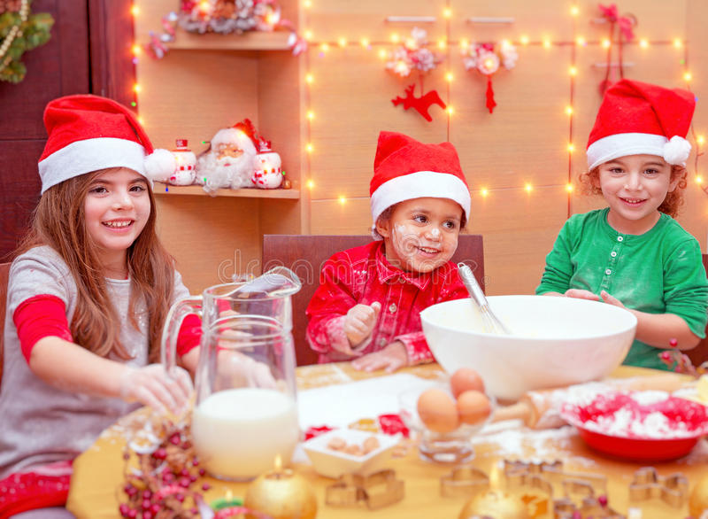 Dzieci robi Bożenarodzeniowemu gościowi restauracji obrazy royalty free