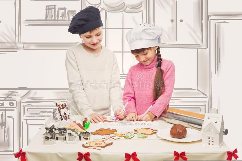 Dzieci robi bożych narodzeń ciastkom zdjęcia royalty free