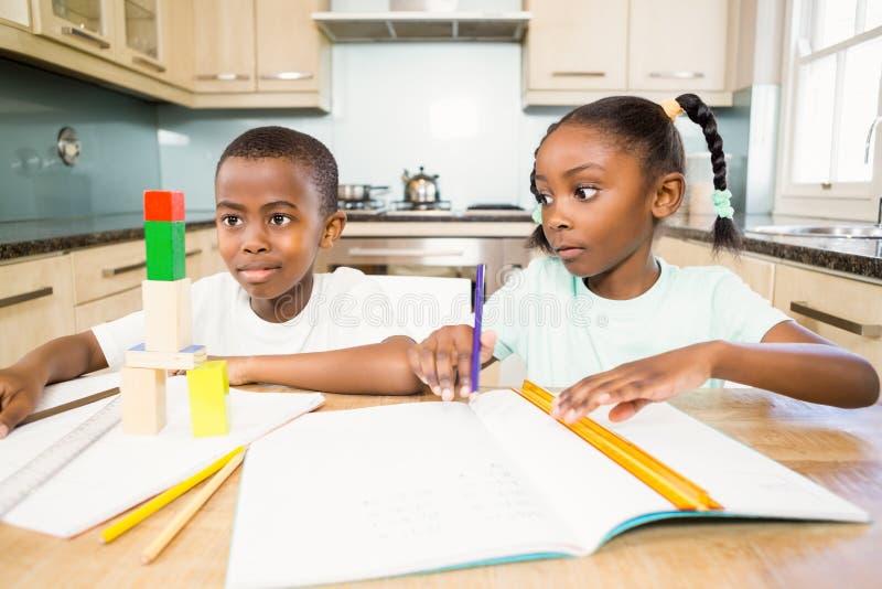 Dzieci robi pracie domowej w kuchni zdjęcie royalty free