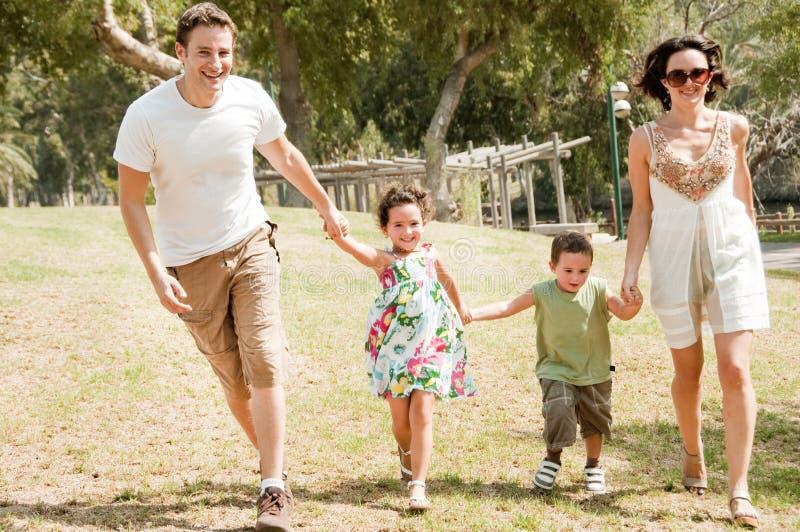 dzieci rodzinni bieg dwa potomstwa zdjęcia stock