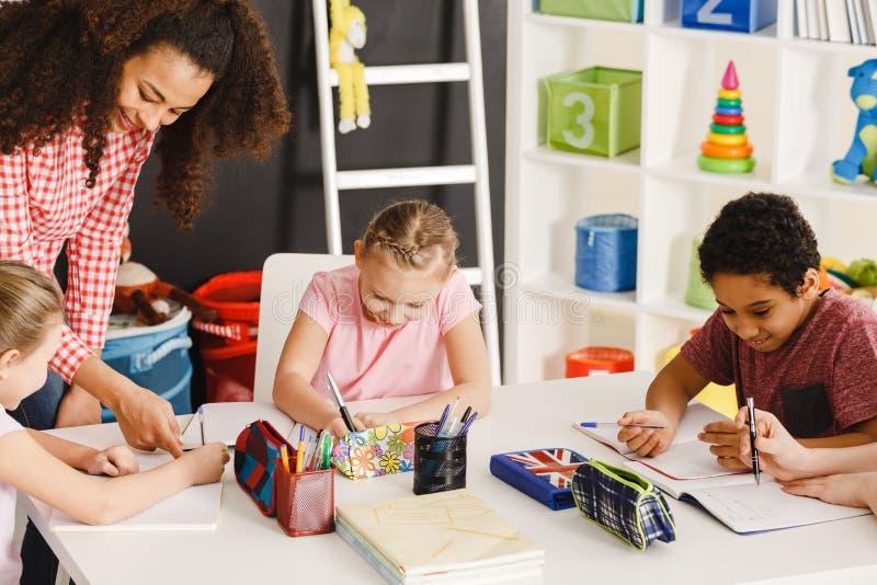 Dzieci rysuje podczas sztuki klasy fotografia royalty free