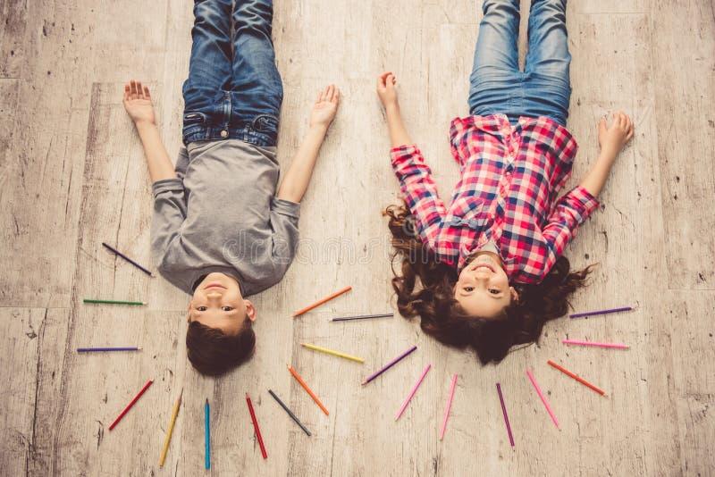 Dzieci rysuje w domu obrazy royalty free