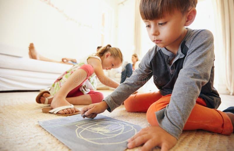 Dzieci rysuje w domu i barwi zdjęcie royalty free
