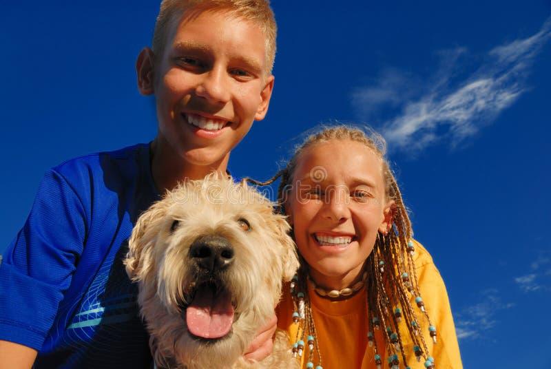 dzieci są szczęśliwe psa fotografia royalty free