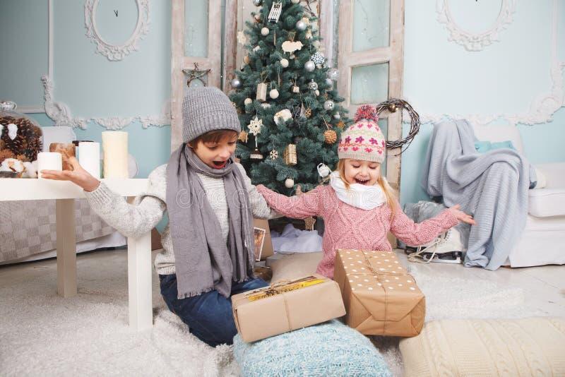 Dzieci są szczęśliwymi prezentami zdjęcie stock