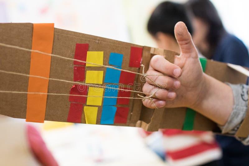 Dzieci są ubranym mechaniczną rękę robić z kartonem zdjęcie stock