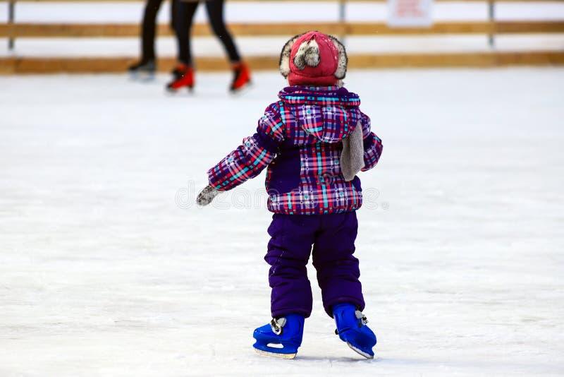 Dzieci s łyżwy lodowisko Troszkę jeździć na łyżwach w zimie chłopiec Aktywny rodzinny sport podczas zima wakacji i zimnego sezonu obrazy stock