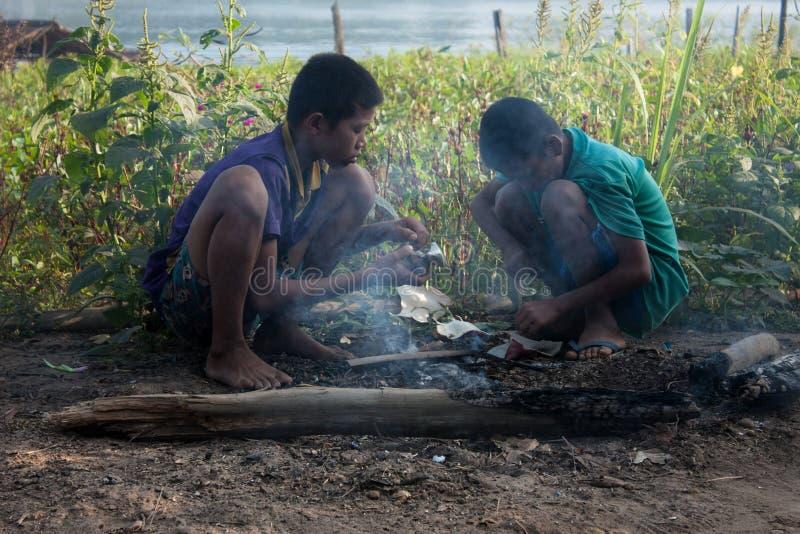 Dzieci s początek ogień zdjęcia royalty free