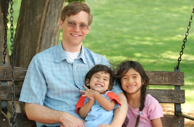 dzieci się parku będą ojca. obraz royalty free