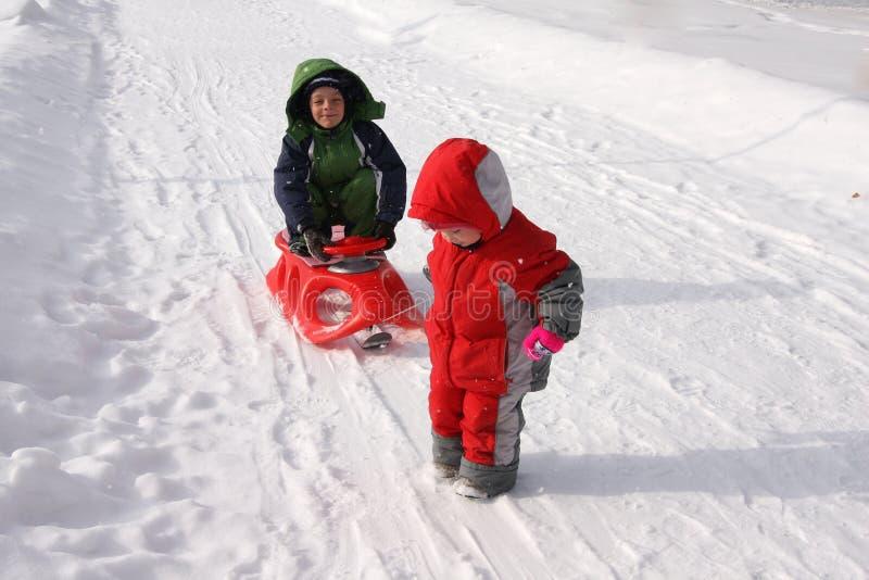 dzieci sledding saneczki zdjęcie royalty free
